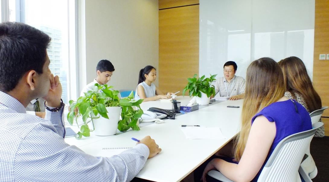 中国でのビジネスインターンシップ中のミーティング